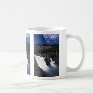 Virginia cae en el río de Nahanni, NWT, Canadá Taza