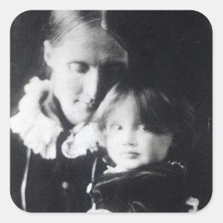 Virginia Woolf, con su madre Julia, 1884 Pegatina Cuadrada
