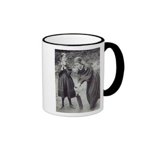 Virginia y Vanesa Stephen, en St Ives, 1894 Tazas De Café