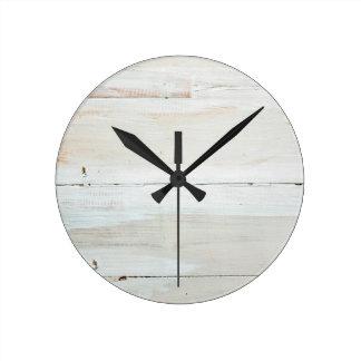 Viruta blanca de madera blanqueada del granero reloj redondo mediano