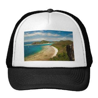 Visión a lo largo de una playa en Fiji Gorra