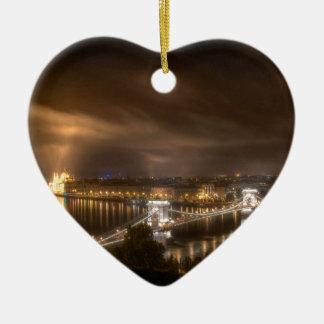 Visión a través de Budapest del castillo de Buda Adorno Navideño De Cerámica En Forma De Corazón