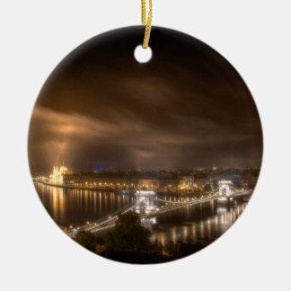 Visión a través de Budapest del castillo de Buda Adorno Navideño Redondo De Cerámica