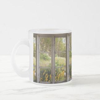 Visión a través de la ventana vieja taza de café esmerilada