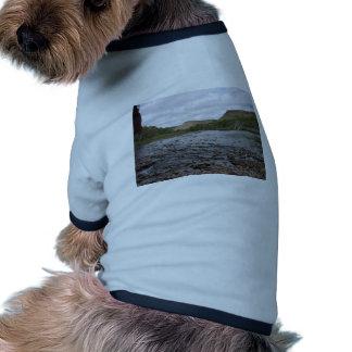 Visión a través de piedras del río en la garganta  camisetas de perro