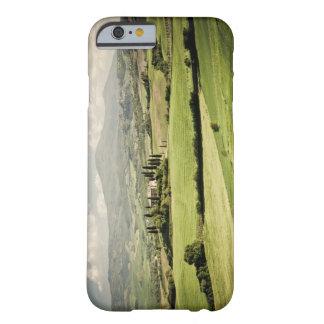 Visión a través del paisaje toscano al cortijo y a funda para iPhone 6 barely there