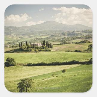 Visión a través del paisaje toscano al cortijo y a calcomanías cuadradas personalizadas