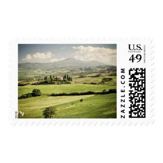 Visión a través del paisaje toscano al cortijo y a sello