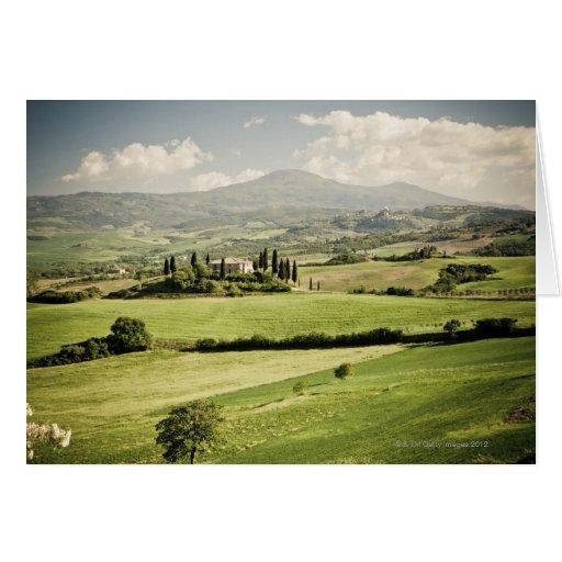 Visión a través del paisaje toscano al cortijo y a tarjeta