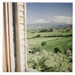 Visión a través del paisaje toscano al cortijo y azulejos cerámicos