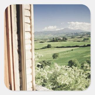 Visión a través del paisaje toscano al cortijo y calcomanía cuadradase
