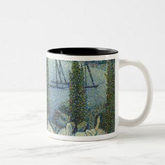 Visión costera con los árboles de Cypress, 1896 Taza Dos Tonos