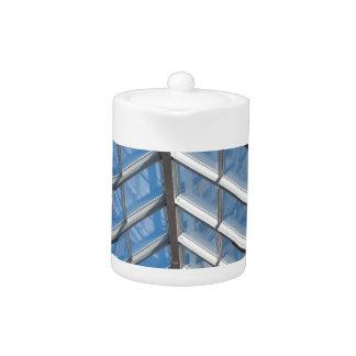 Visión de debajo el tejado transparente del vidrio