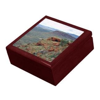Visión del norte a lo largo de la colina del trans cajas de recuerdo