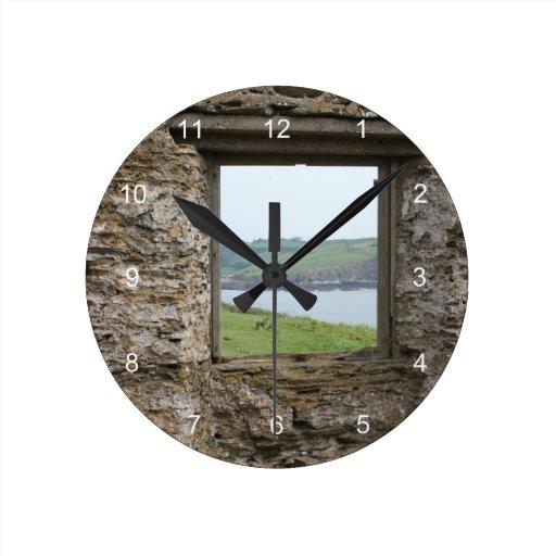 Visión desde la isla del municipio escocés hacia l reloj redondo mediano