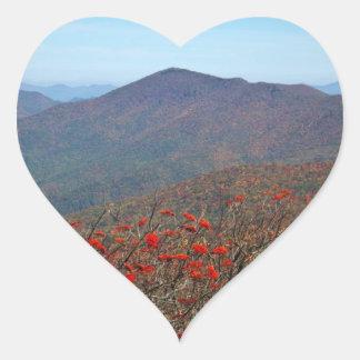 Visión desde la montaña escarpada de la bóveda pegatina en forma de corazón