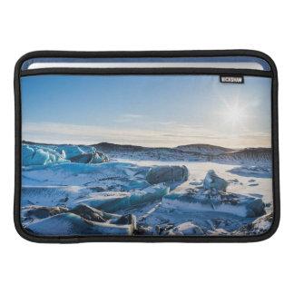 Visión sobre el lago glacial congelado funda macbook air