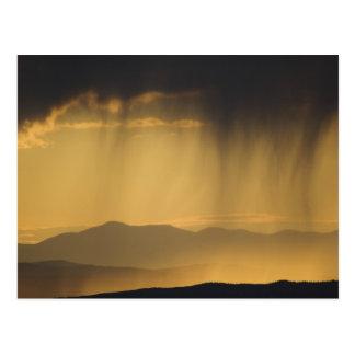 Visión sobre las colinas sucesivas a lo largo del postal