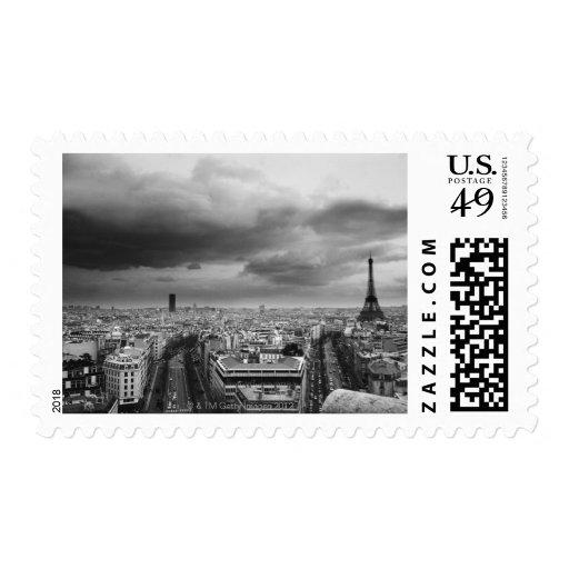 vista aérea blanco y negro de un cielo cubierto sellos