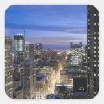 Vista aérea de edificios a lo largo de la calle de pegatina cuadradas