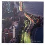 Vista aérea de edificios a lo largo de una carrete azulejo cuadrado grande