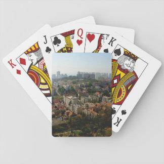 Vista aérea de la ciudad en d3ia barajas de cartas