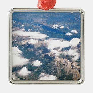 Vista aérea de montañas rocosas adorno navideño cuadrado de metal