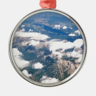 Vista aérea de montañas rocosas adorno navideño redondo de metal