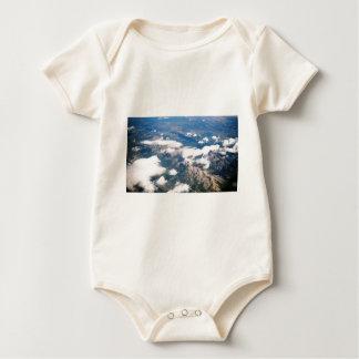 Vista aérea de montañas rocosas body para bebé