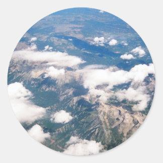 Vista aérea de montañas rocosas pegatina redonda