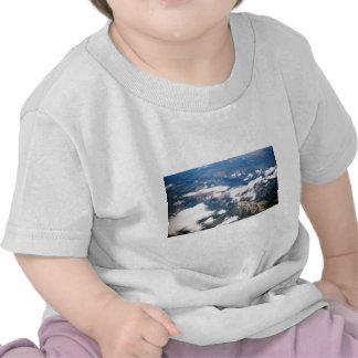 Vista aérea de montañas rocosas camiseta