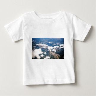 Vista aérea de montañas rocosas playera de bebé