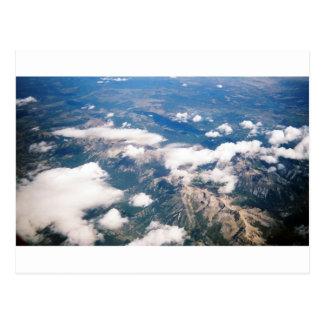 Vista aérea de montañas rocosas postal