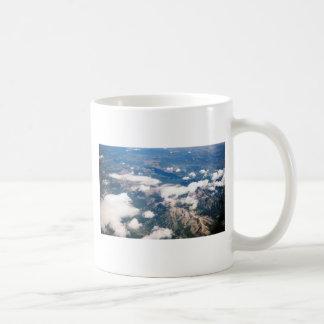 Vista aérea de montañas rocosas taza de café