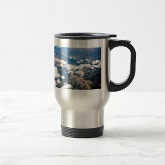 Vista aérea de montañas rocosas taza de viaje