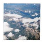 Vista aérea de montañas rocosas tejas