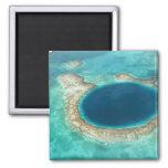Vista aérea del agujero azul, velero anclado imanes