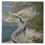 Vista aérea del puente del acantilado del mar cerc tejas  ceramicas