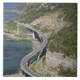 Vista aérea del puente del acantilado del mar cerc azulejo cuadrado grande
