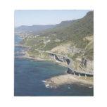 Vista aérea del puente del acantilado del mar cerc bloc de papel