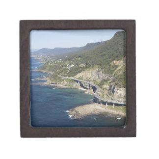 Vista aérea del puente del acantilado del mar cerc caja de regalo de calidad