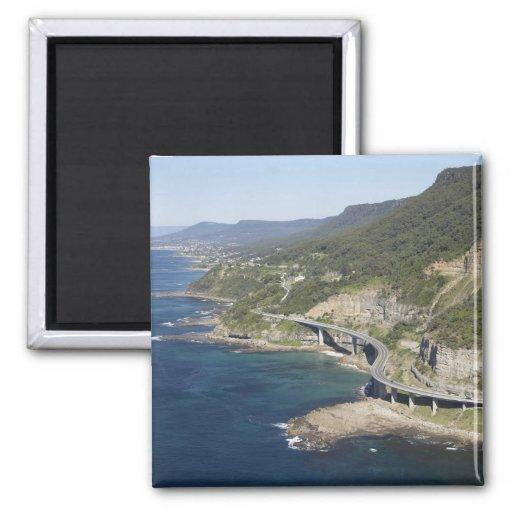 Vista aérea del puente del acantilado del mar cerc iman