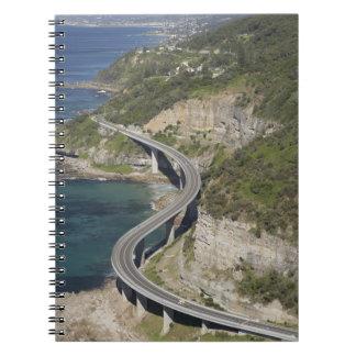 Vista aérea del puente del acantilado del mar cerc libro de apuntes con espiral