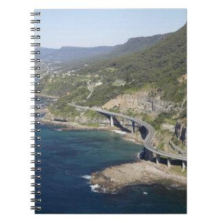 Vista aérea del puente del acantilado del mar cerc note book