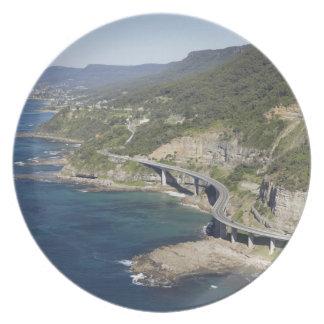 Vista aérea del puente del acantilado del mar cerc plato de cena