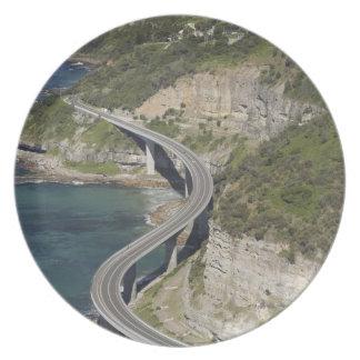 Vista aérea del puente del acantilado del mar cerc platos