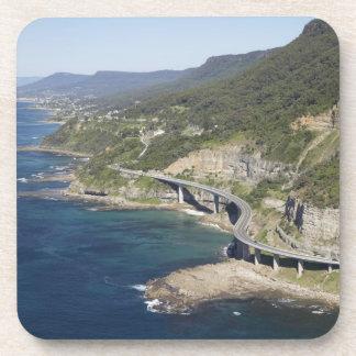 Vista aérea del puente del acantilado del mar cerc posavasos