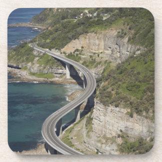 Vista aérea del puente del acantilado del mar cerc posavasos de bebidas
