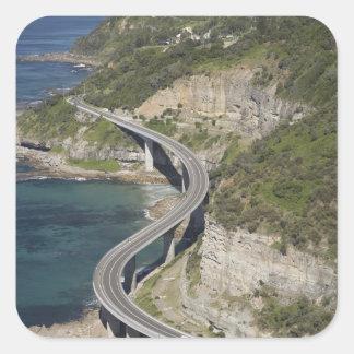 Vista aérea del puente del acantilado del mar pegatina cuadrada