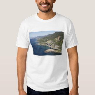 Vista aérea del puente del acantilado del mar poleras
